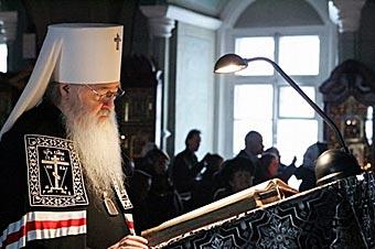 Митрополит Ювеналий Крутитцкий и Коломенский за чтением Великого покаяного канона.